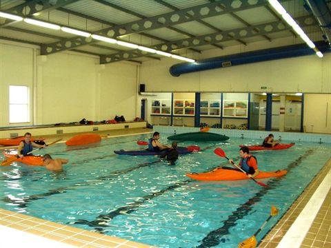sessão de aprendizagem de esquimotagem em piscina coberta